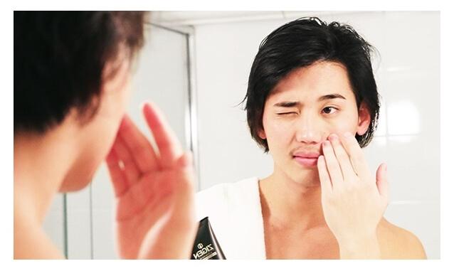 化粧水を顔に付けている