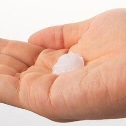 洗顔後、さくらんぼ粒大をっ目安に手のひらに取る