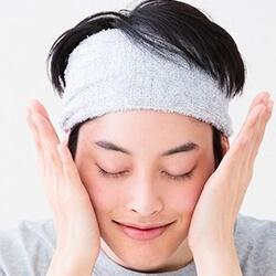 手のひらで顔全体を優しく抑え込み浸透させる