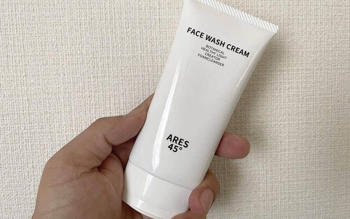 アレス45の洗顔フォームを手に持っている
